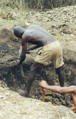 3 Monate brauchte ein Mann fuer das Graben der Latrine